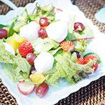 【アウトドア ハワイごはん-Taste of Hawaii-⑥】目にも美味しい モッツアレラとフルーツのサラダ